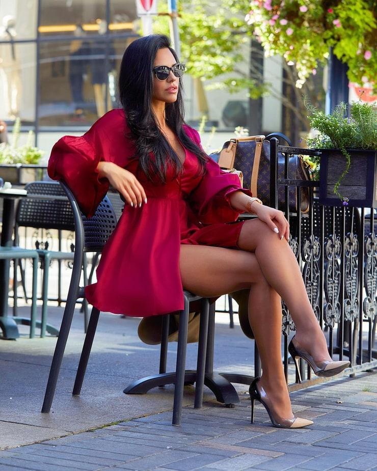 Shadi Y Cair photoshoot poses, female thighs, legs photo