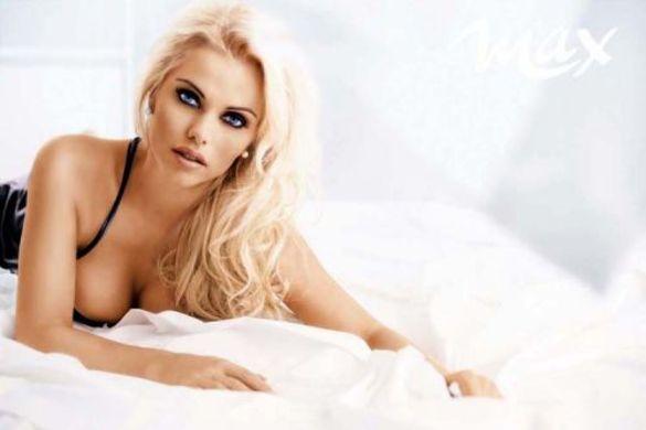 Rockin' Mature attractive blonde