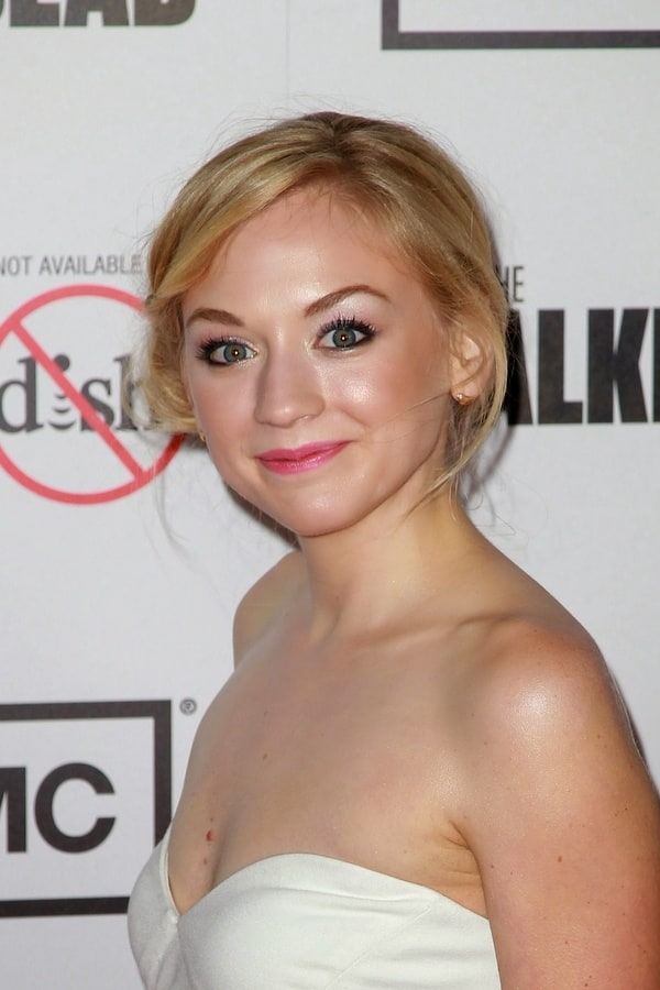 The 31-year old daughter of father (?) and mother(?), 165 cm tall Emily Kinney in 2017 photo