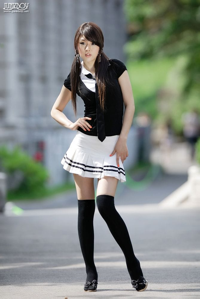 фото азиатка в мини юбке