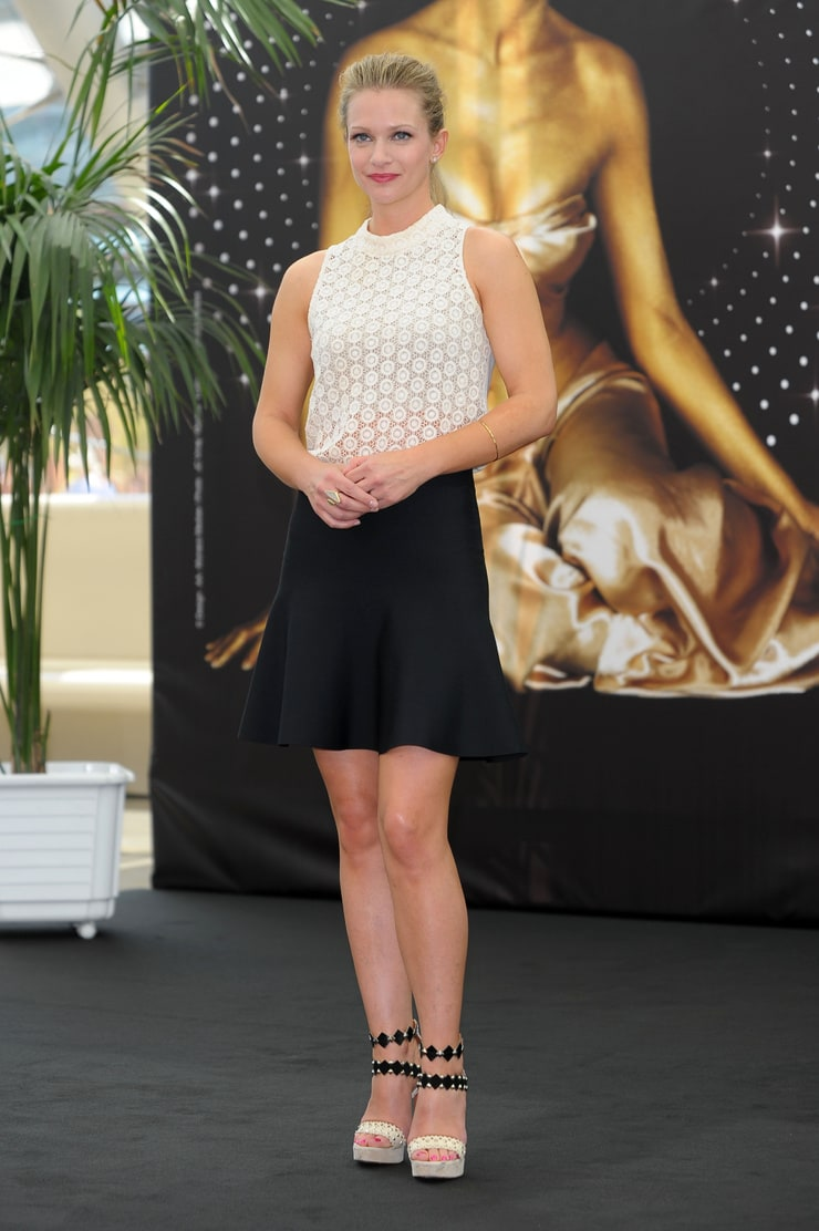 Picture of A.J. Cook Emma Roberts Legs