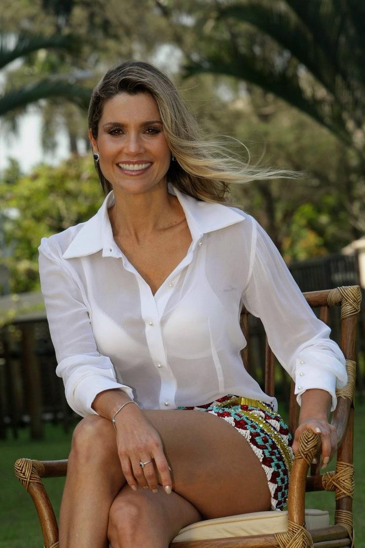 Flávia Alessandra empresta vestido para fã usar em